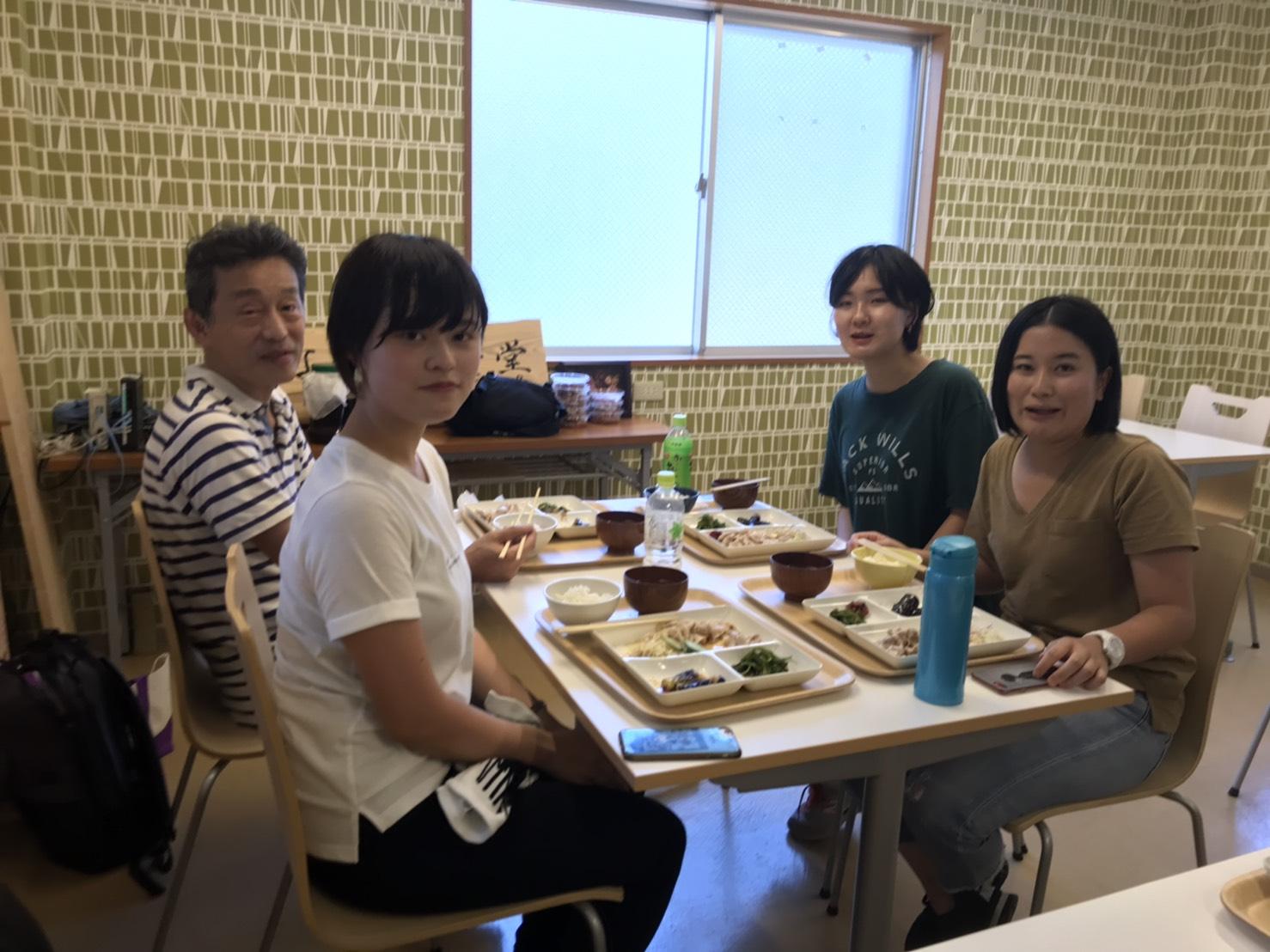 なでしこ食堂でお昼ご飯を食べる同志社女子大の教授と学生さん