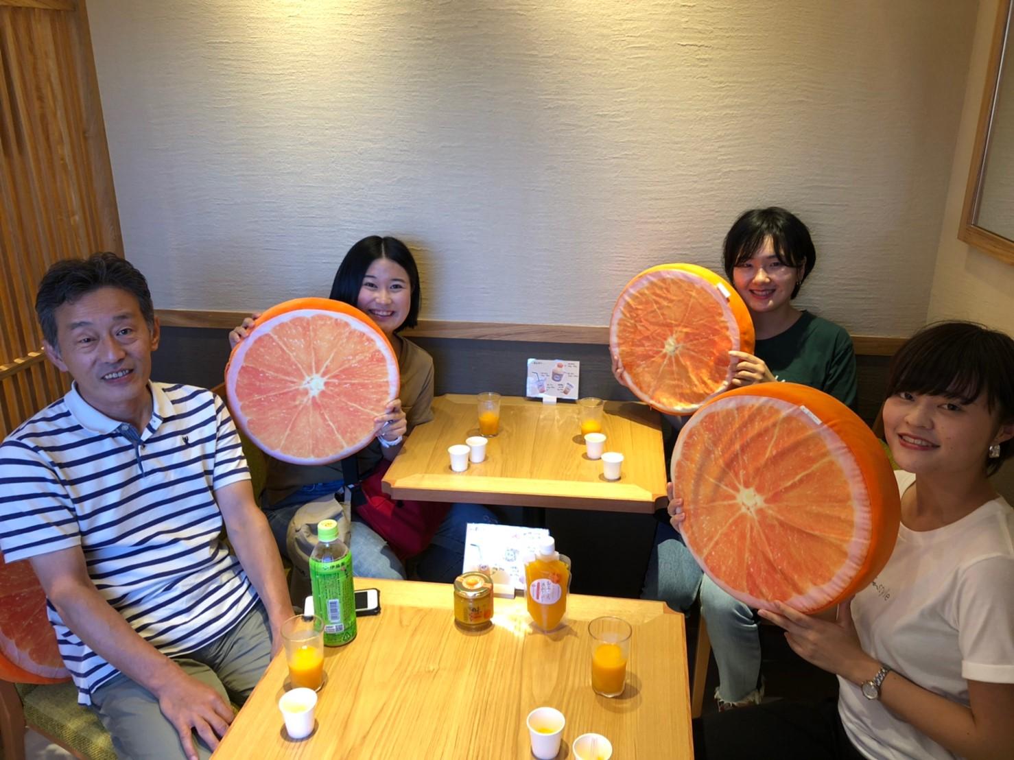早和果樹園本社店のイートインスペースで休憩する同志社女子大の教授と学生さん