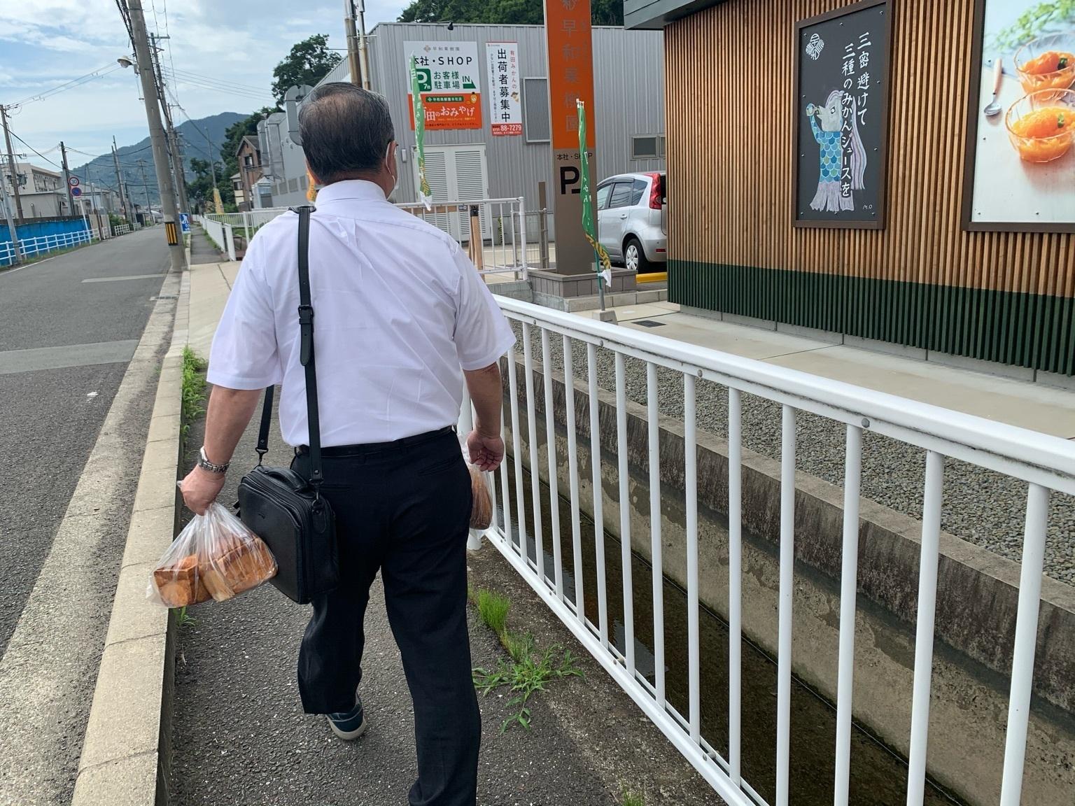 トコトコ歩く会長