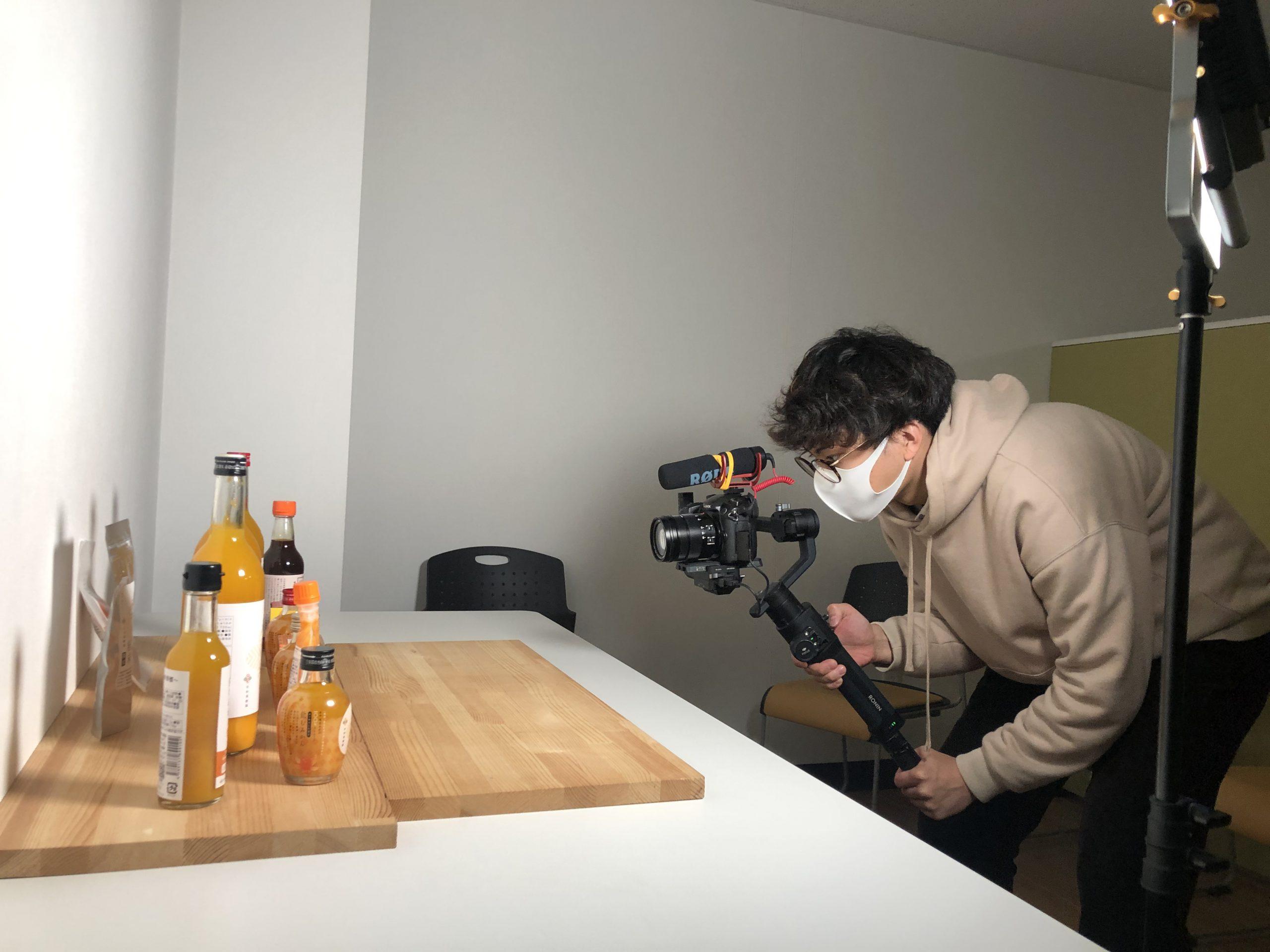 早和果樹園の商品を並べて、プロのカメラマンが撮影する風景。