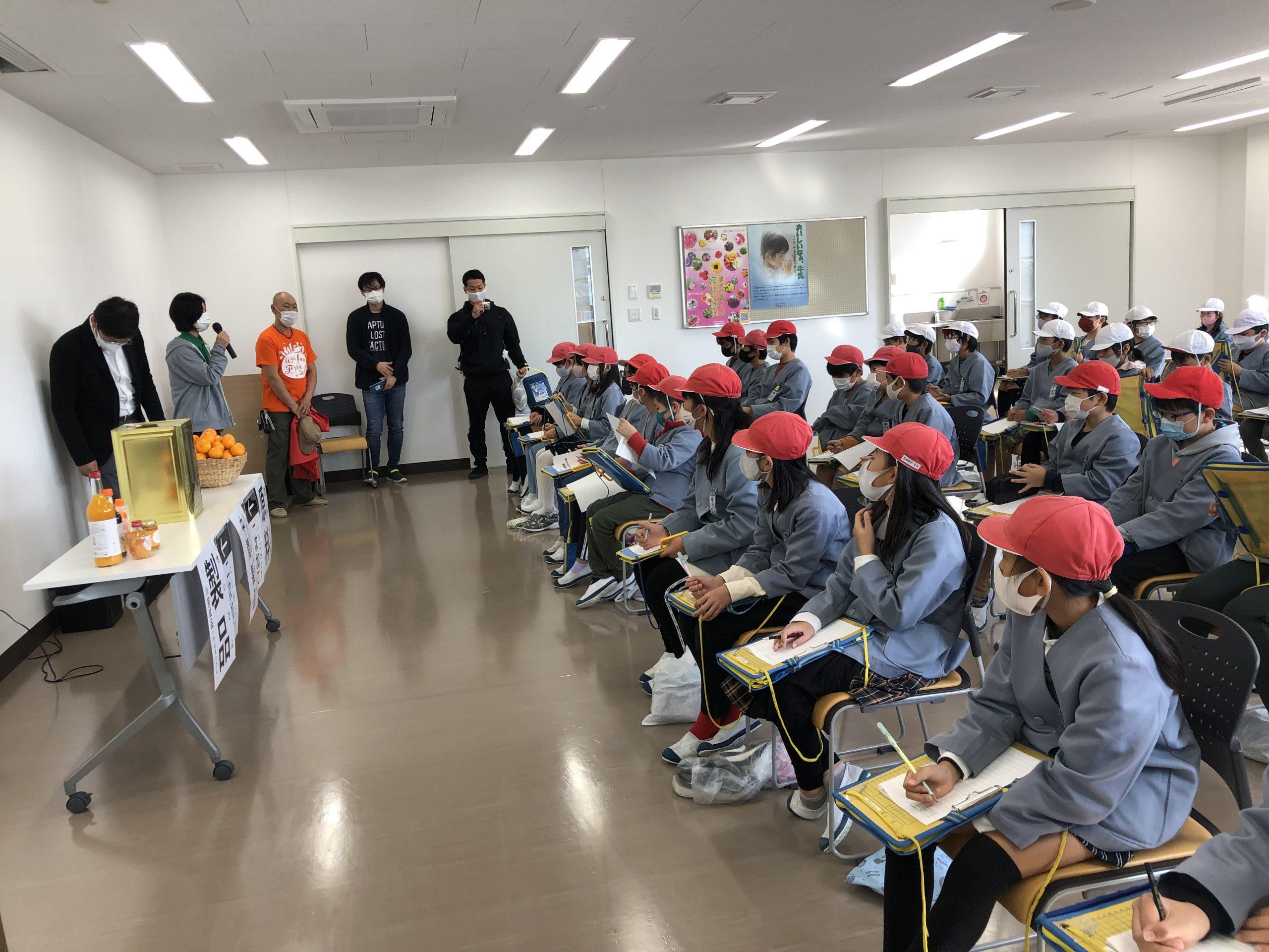 会議室にて。有田みかんが加工品に仕上がるまでの行程を熱心に聞く生徒さんの様子。メモもしっかり取っている。