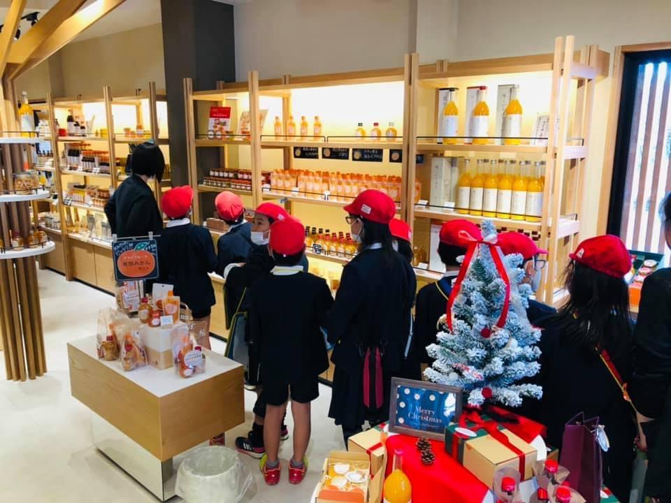 早和果樹園のショップ本店の見学風景。