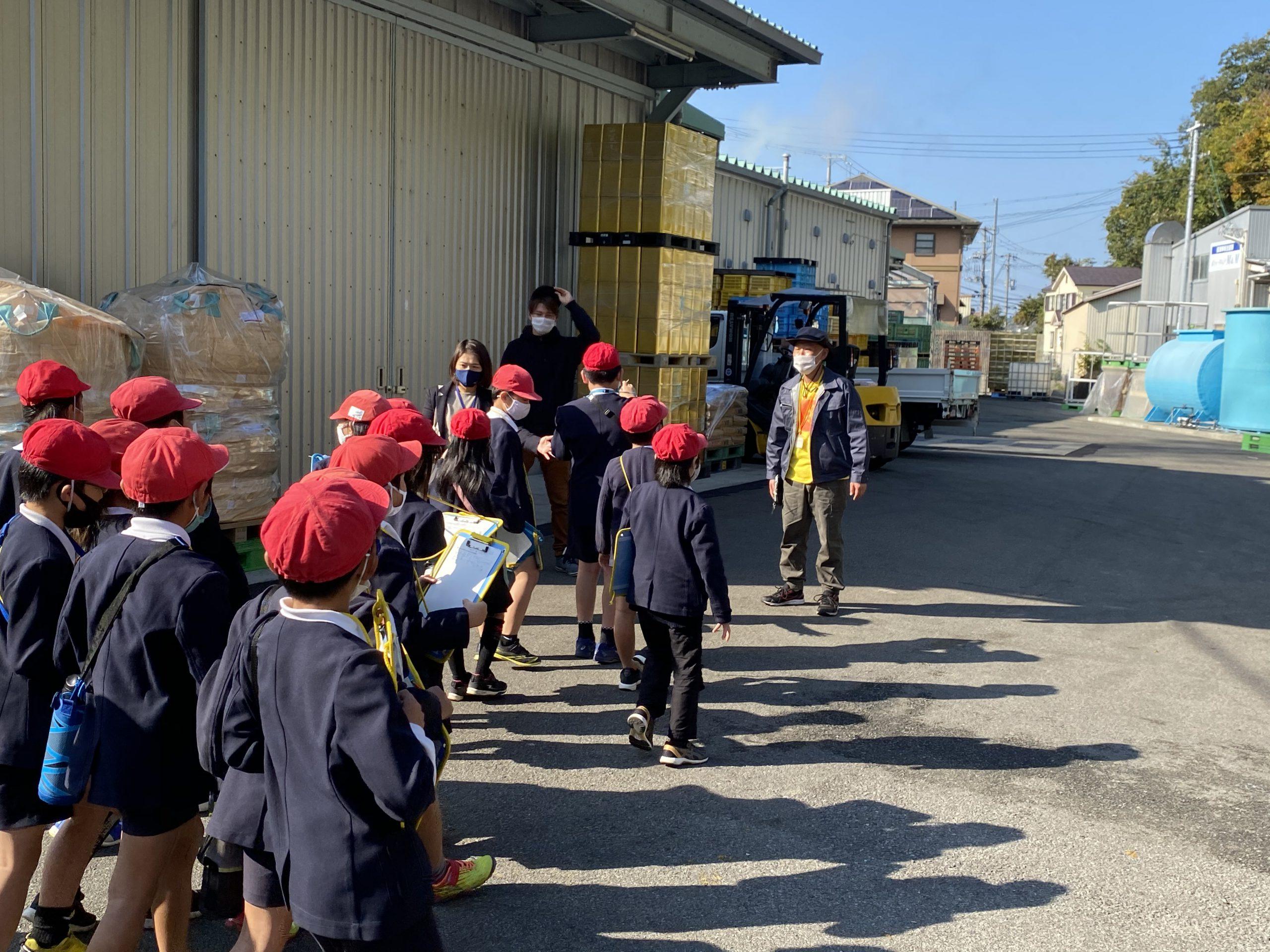 搾汁工場の見学に向かう生徒さんたち。
