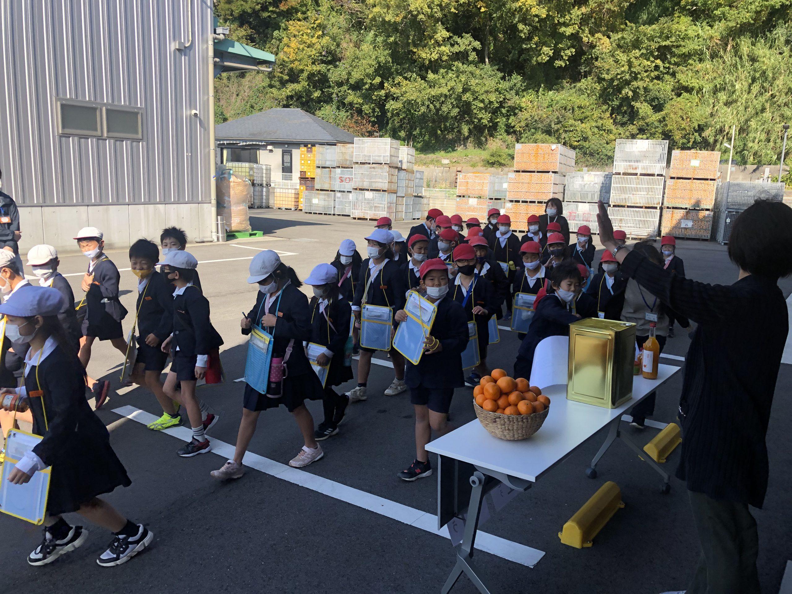 全ての見学が終わり、学校まで歩いて戻る宮原小学校の生徒さんたち。 良い天気で本当に良かったです!