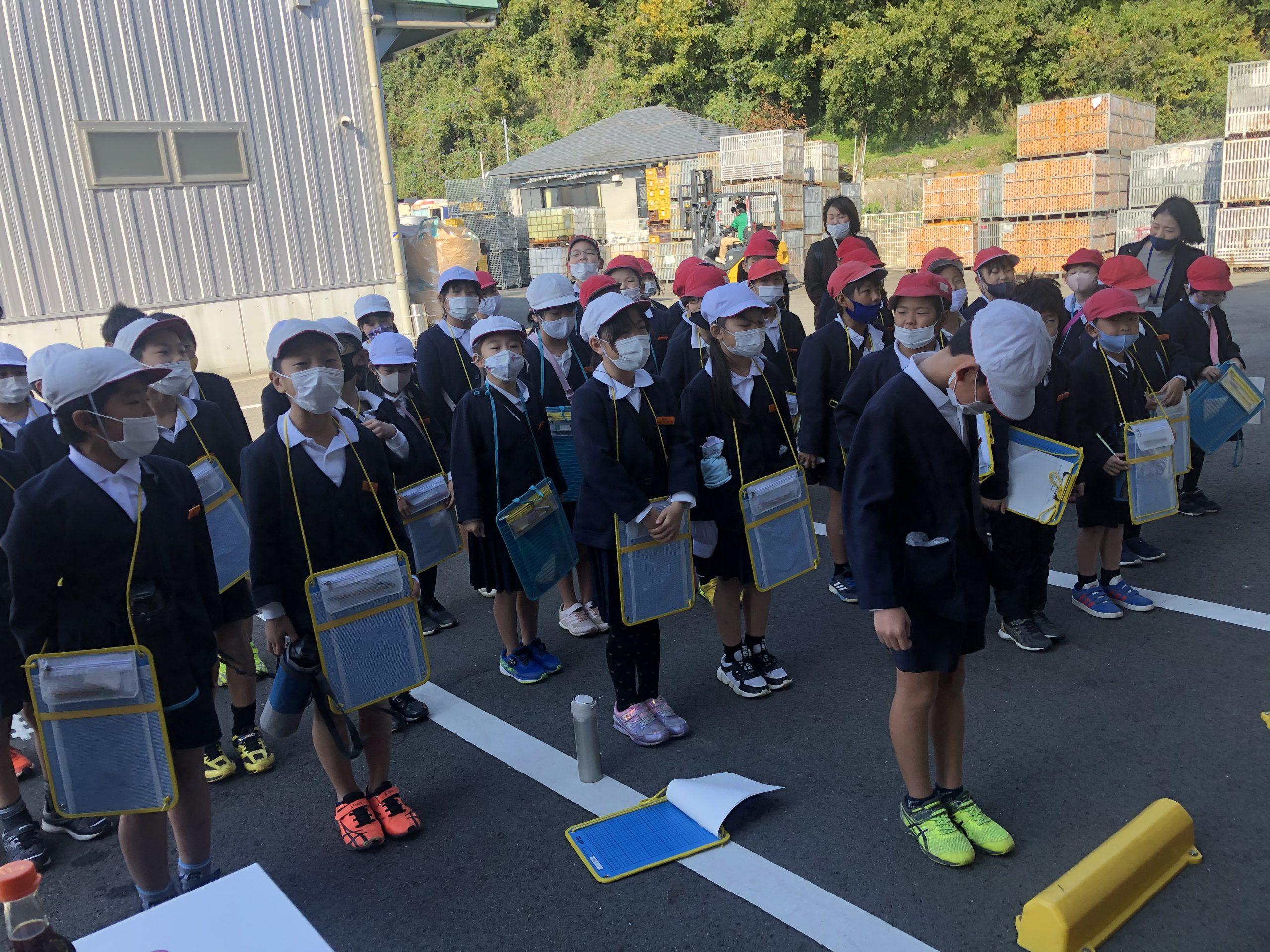 最後に、正面玄関で集合。代表の生徒さんが私たち早和果樹園のスタッフにご挨拶をしてくださいました。
