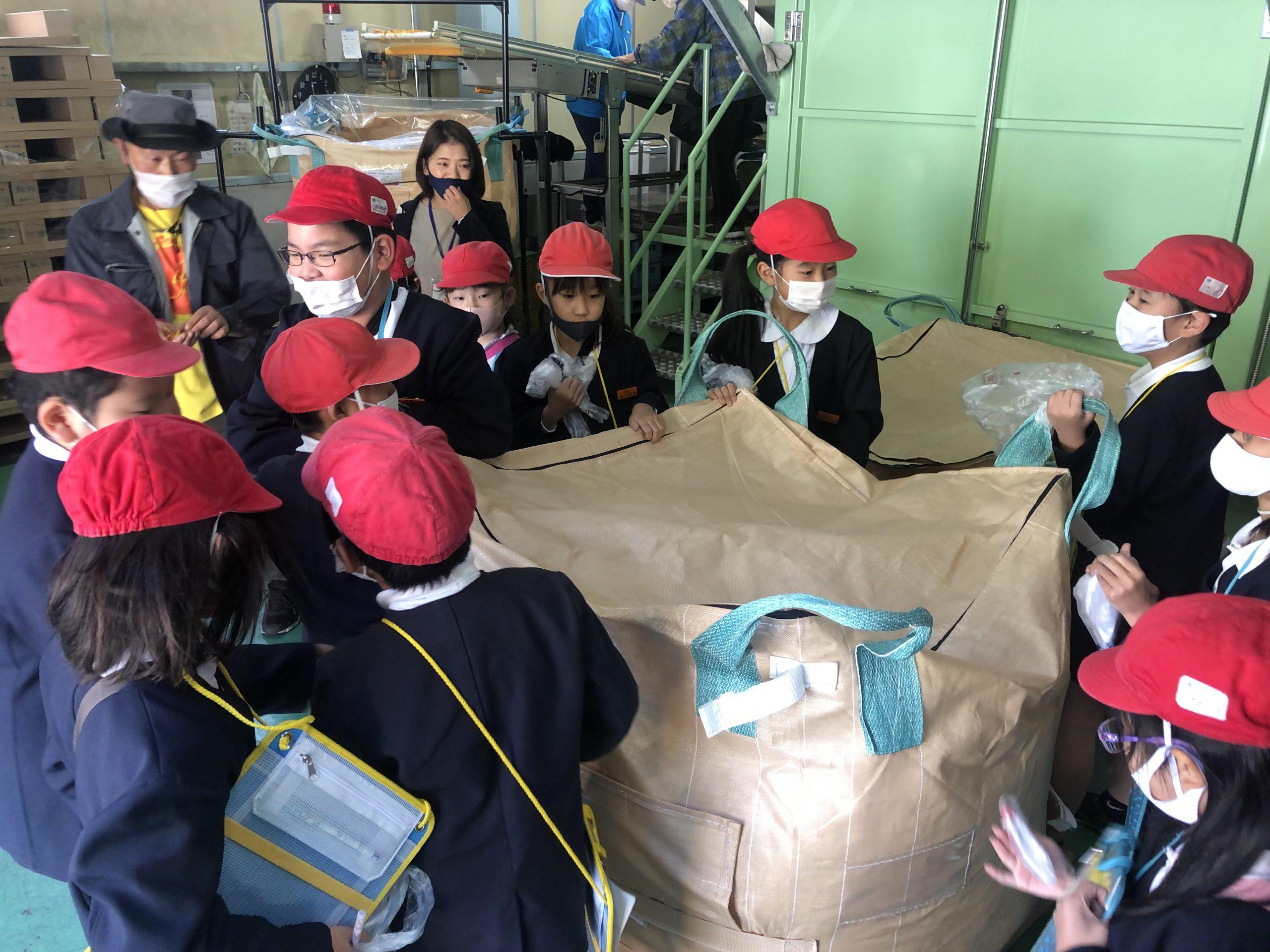工場内の見たこともないものや機械に興味津々な生徒さんたち。