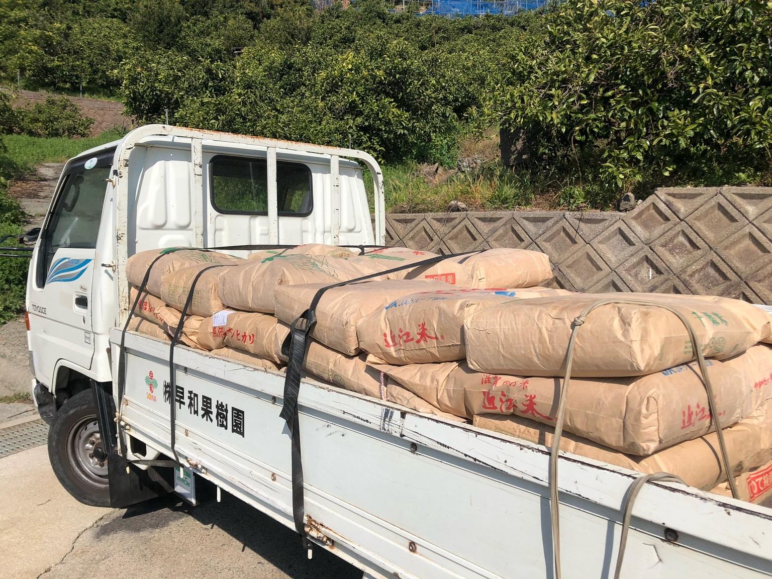 肥料をトラックに乗せ、園地に向けて出発です!