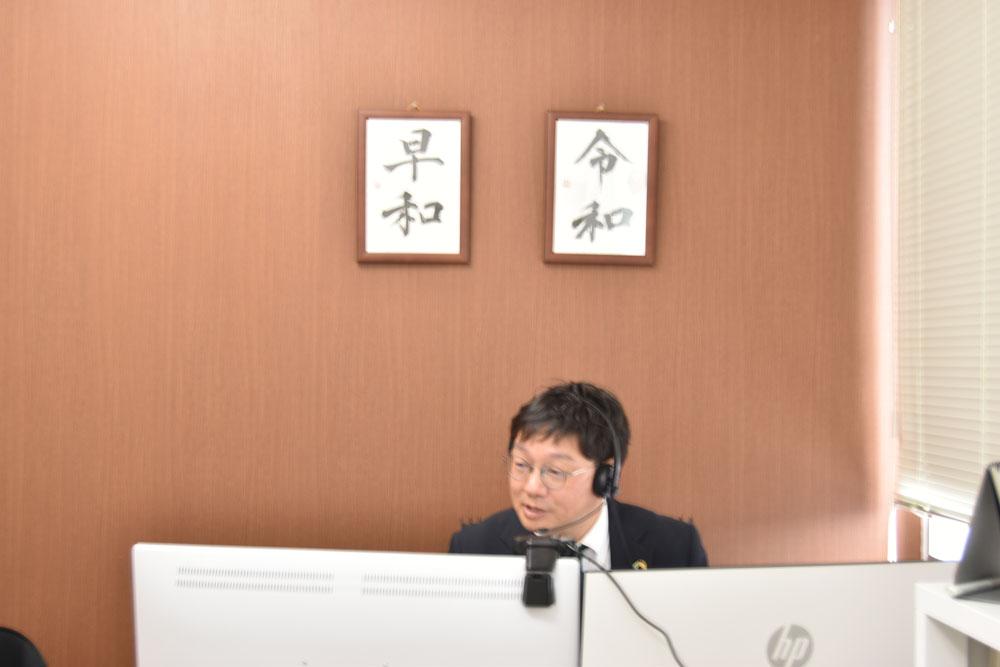社長室に戻った社長より、経営指針の発表がスタート。