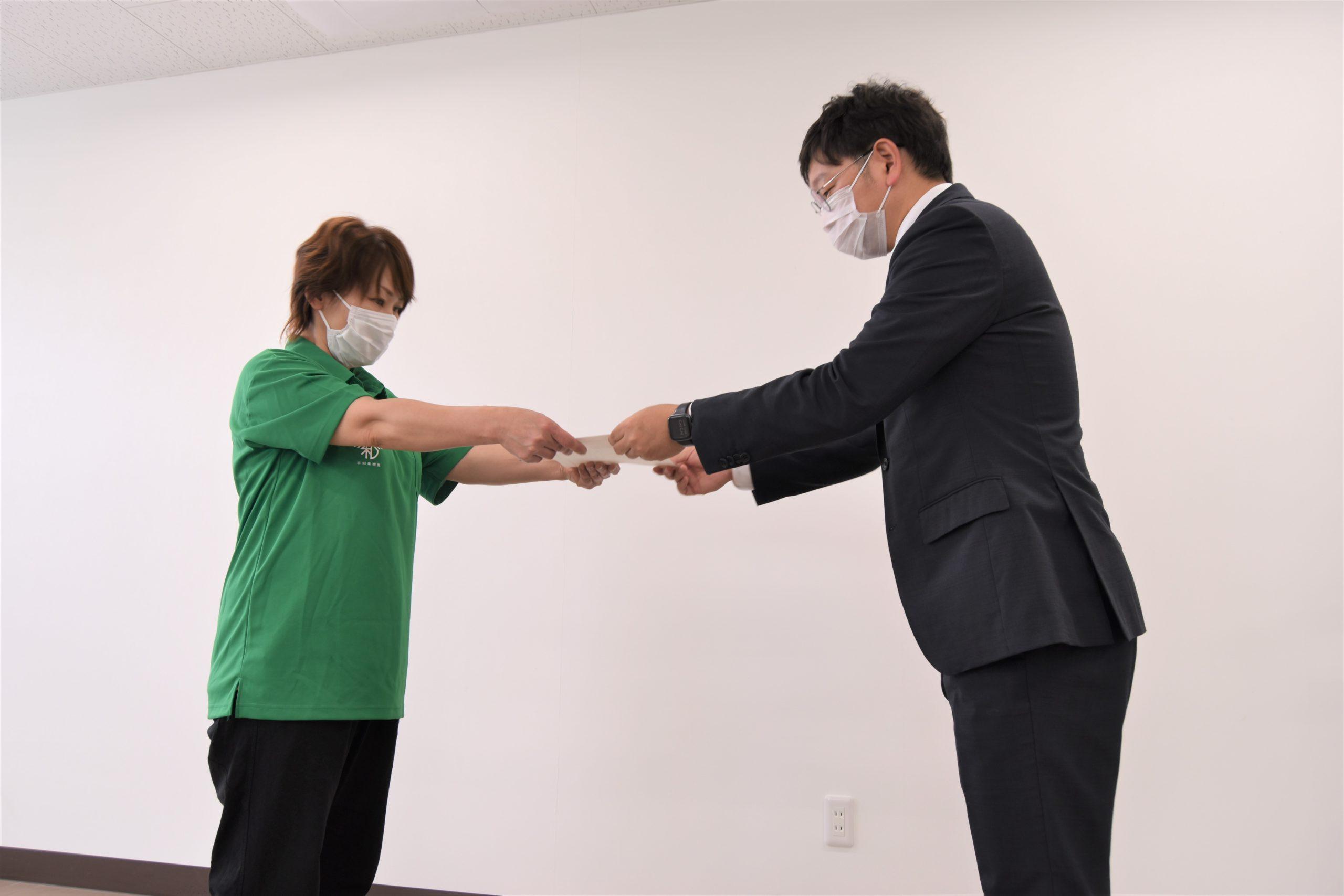5年・10年と早和果樹園に勤めた7名に社長より表彰状が贈られました。