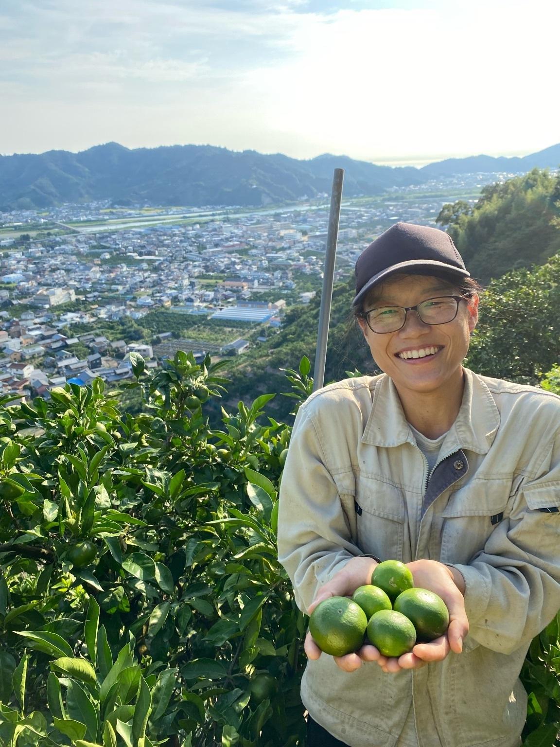 早和果樹園生産部が栽培した新林みかんをもつ岩倉主任